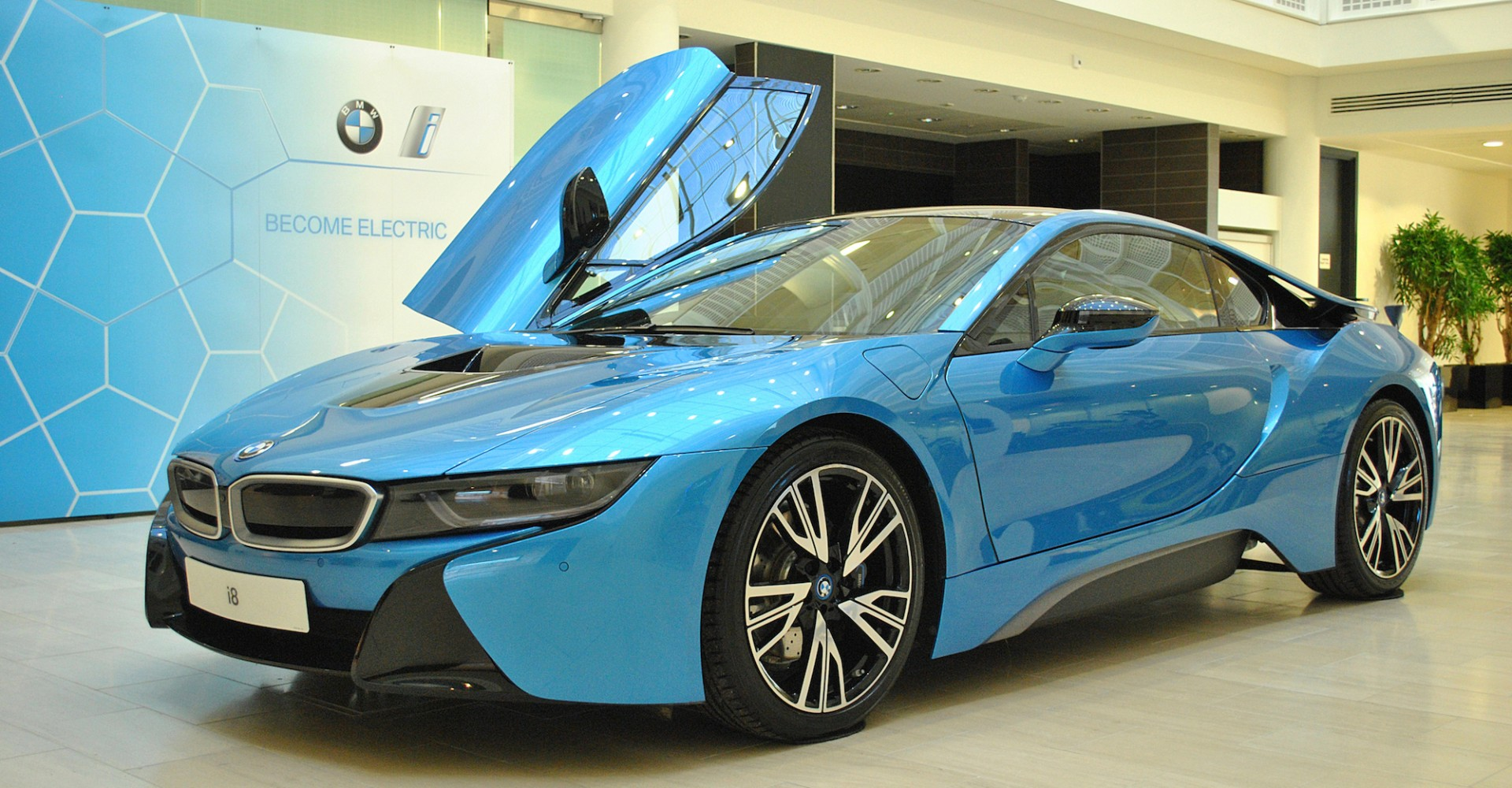 Dubai Police Get An Attack Of The Eco Conscience With Bmw I8