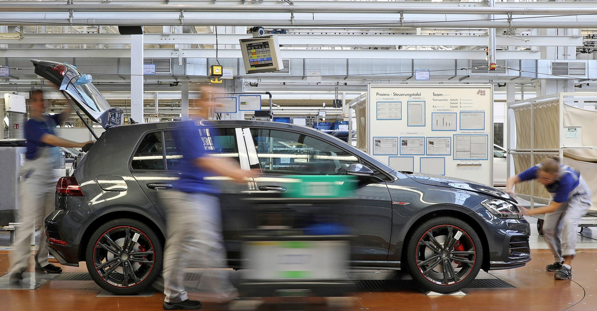 Volkswagen extends coronavirus factory shutdown