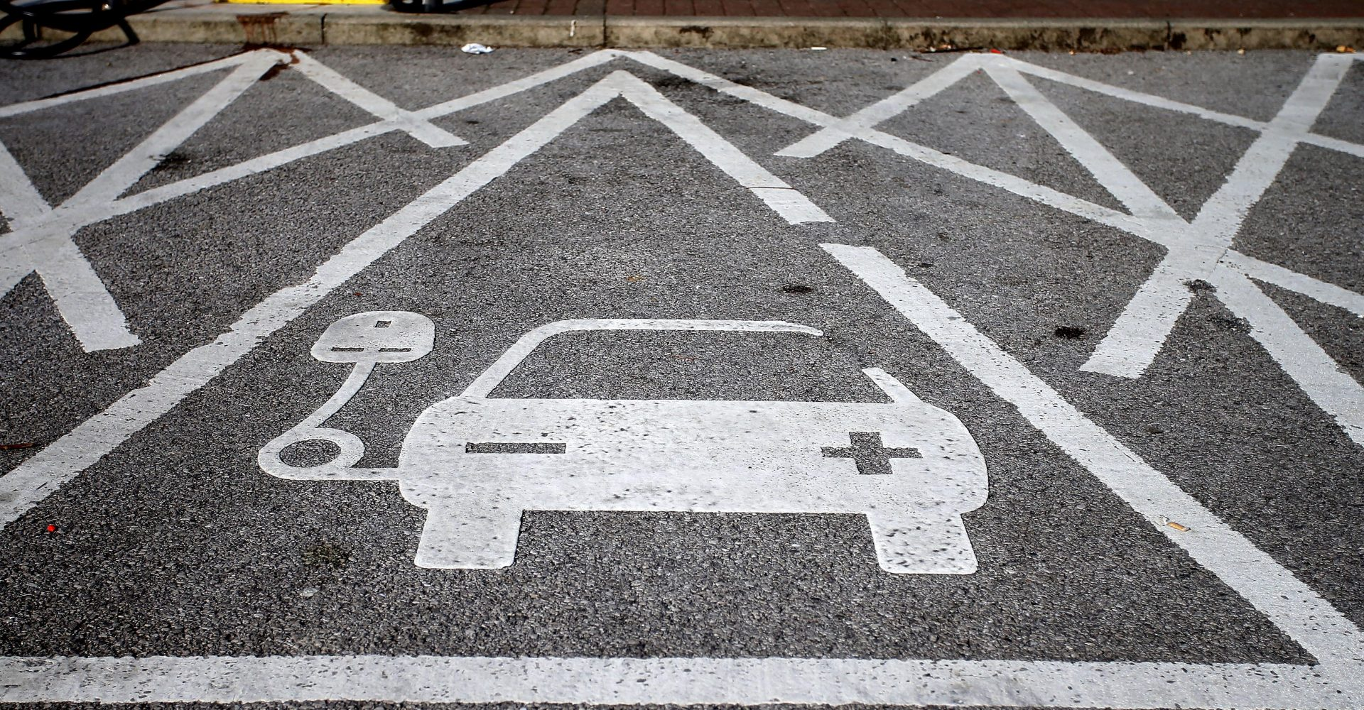 Insurance provider launches roadside charging rescue service for stranded EV owners